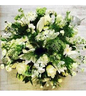 """Coussin Rond Blanc et vert de fleurs variées """"Pure attention"""". Anyfleurs.fr"""